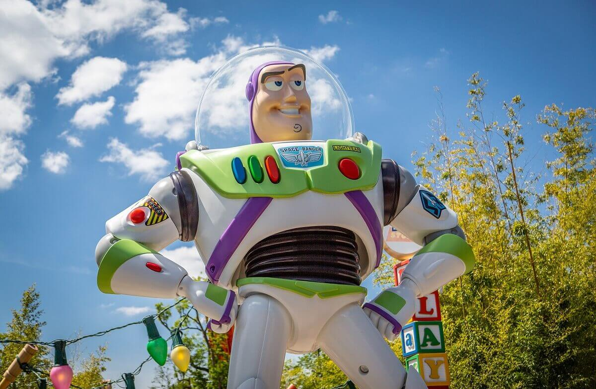 Riesige Buzz Lightyear Figur am Eingang des Toy Story Playlands