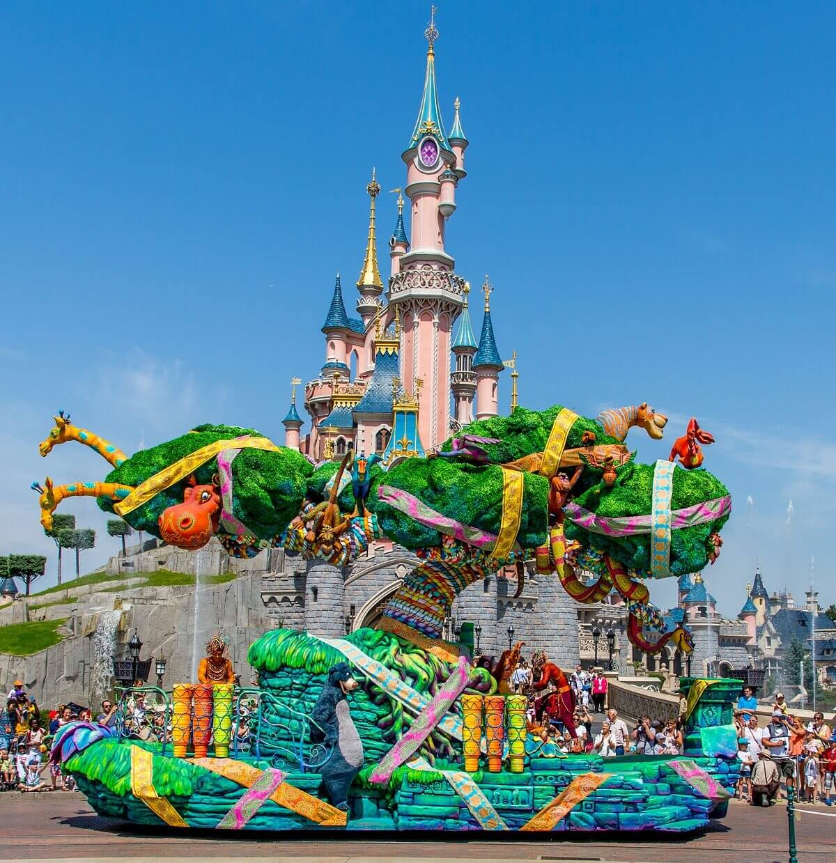 Paradenwagen des Lion King and Jungel Festivals vor dem Schloss in Disneyland Paris
